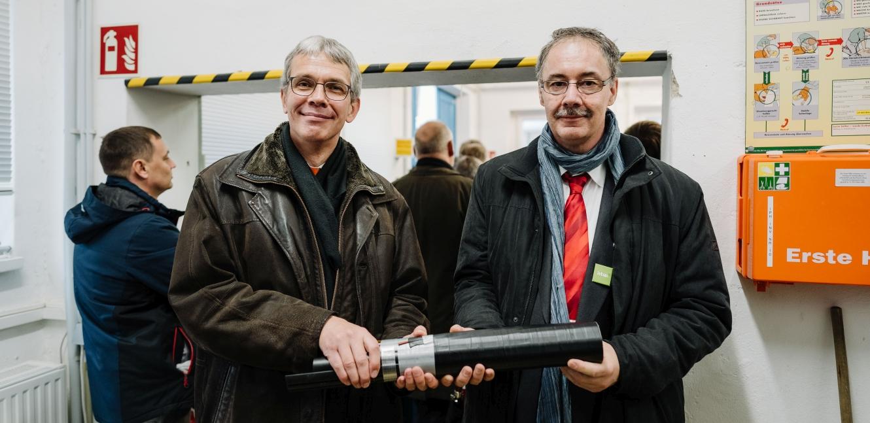 Prof. Dr. Matthias Menge (links) und Prof. Dr. Thomas Gräf mit dem Prototyp eines Kabels © HTW Berlin/Alexander Rentsch