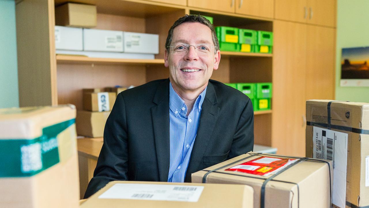 Stephan Seeck mit seinen Forschungsobjekten - den Paketen