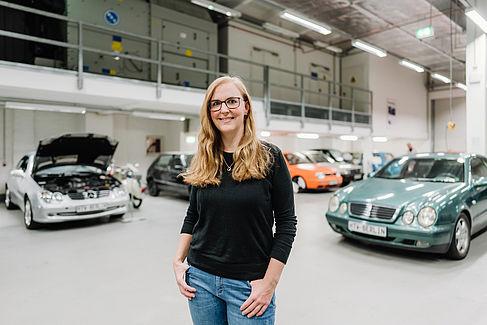 Susanne Nelke in der Fahrzeughalle