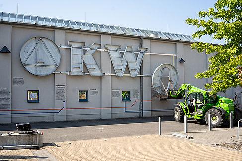 Das O wird an der Fassade angebracht