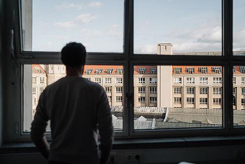 Mario Abraham blickt aus dem Fenster seines Büros