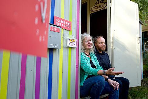 Tobias Nettke und Jutta Hartmann mit dem mobilen Museum