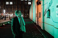 Alt-Präsident Klaus Semlinger vor der Wandcollage