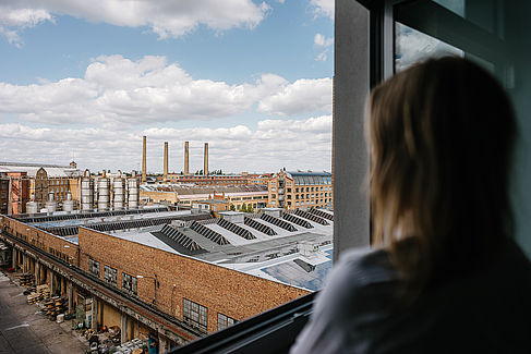 Maria Anne Schmidt schaut aus dem Fenster