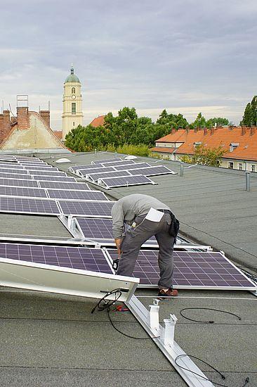 Montage von Solarmodulen auf einem Dach