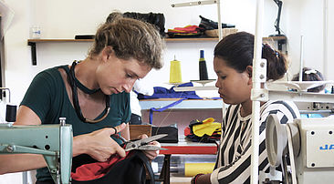 Daniela Schmitz beim Schneidern