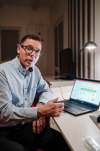 Prof. Dr. Stephan Seeck bei der Auswertung