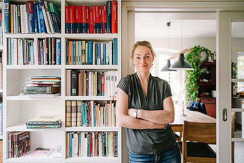 Ricarda Rehwaldt vor ihrem Bücherregal
