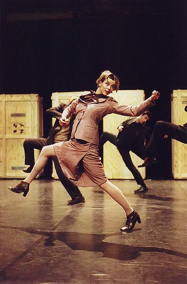 Tanzende Frau im Kostüm auf einer Bühne