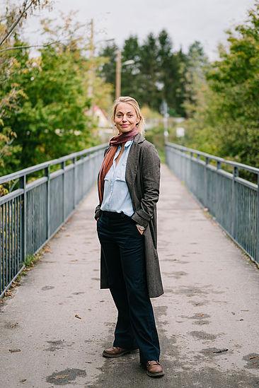Die HTW-Absolventin Ricarda Rehwaldt auf einer Fußgängerbrücke