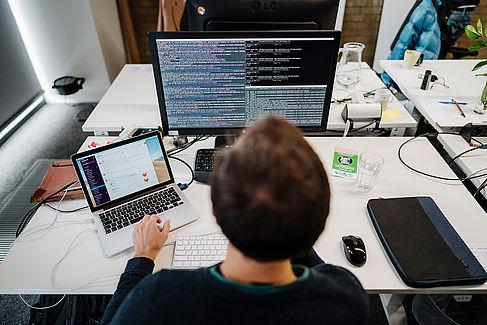 Blick auf einen Computerbildschirm mit Programmiercode
