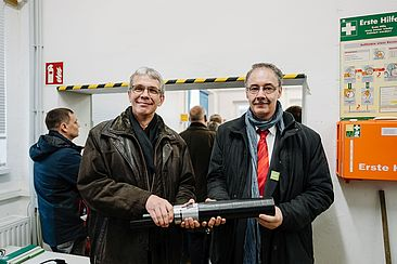Prof. Dr. Matthias Menge (links) und Prof. Dr. Thomas Gräf mit dem Prototyp eines Kabels