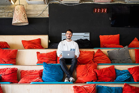 David Jacob im Co-Working Bereich des APX Startup Accelerator