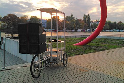 Lastenrad mit Tonkraftwerk an der Spree