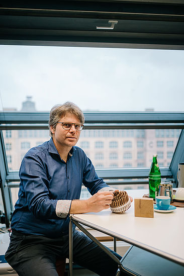 Prof. Sebastian Feucht in seinem Büro