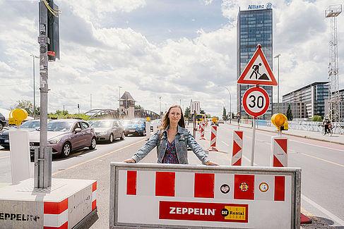 Frau vor Barken in einer Straße