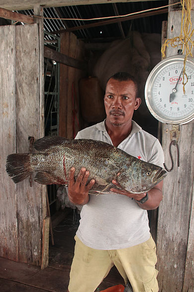 Fischer mit einem Fisch