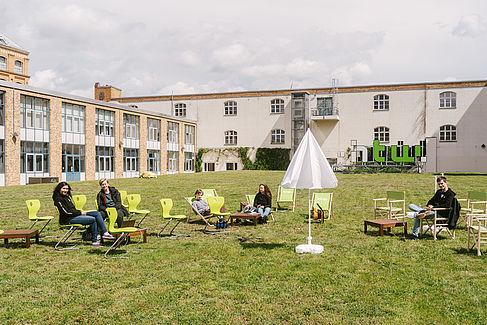 Studieren im Freien © HTW Berlin Kommunikation/Alexander Rentsch