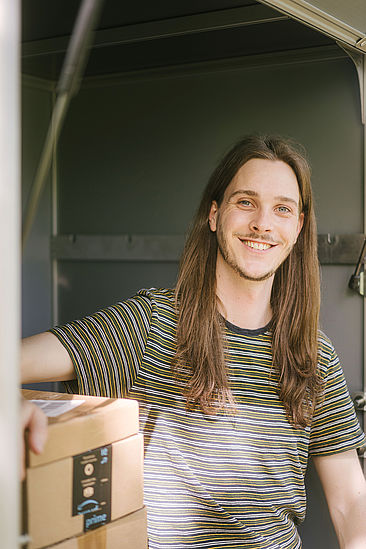 Daniel Quiter neben Päckchen