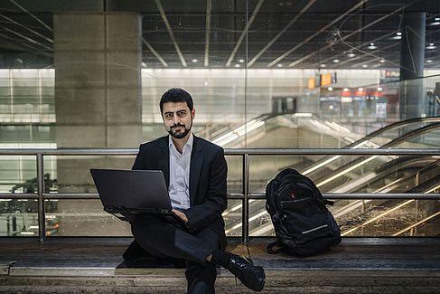 Hossein Sagheby am Laptop © HTW Berlin/Alexander Rentsch