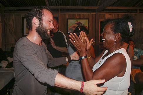 Stefan Sorge wird von einer kolumbianischen Einwohnerin herzlich begrüßt