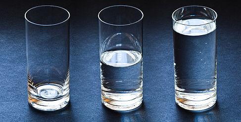 Drei Gläser - leer, halb voll, voll