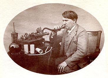 Thomas A. Edison, wie er 1888 in den von ihm erfundenen Phonographen spricht