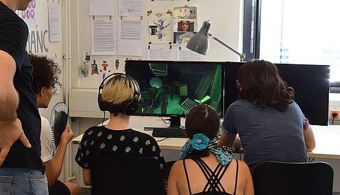 Studierende testen ein Spiel
