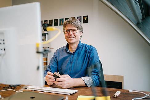 Prof. Sebastian Feucht am Rechner
