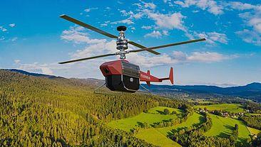Drohne fliegt über hügelige Landschaft