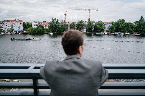Volker Quaschning blickt auf die Spree auf dem Campus Wilhelminenhof