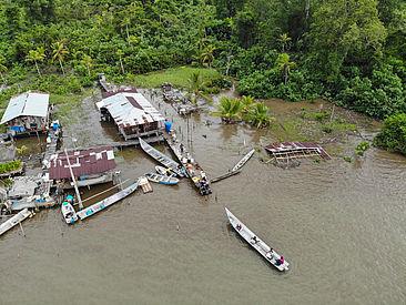 Drohnenbild von einem Fischerdorf mit Booten