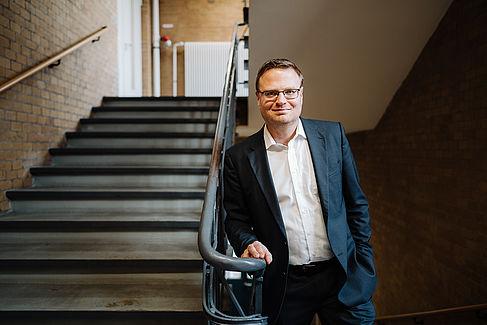 Prof. Dr. Jan Wirsam im Treppenhaus