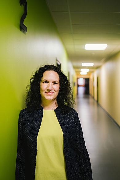 Dr. Lena Simon in einem gelben Flur