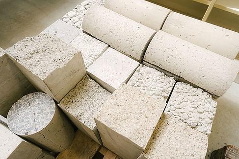 Beton-Probekörper auf einer Palette