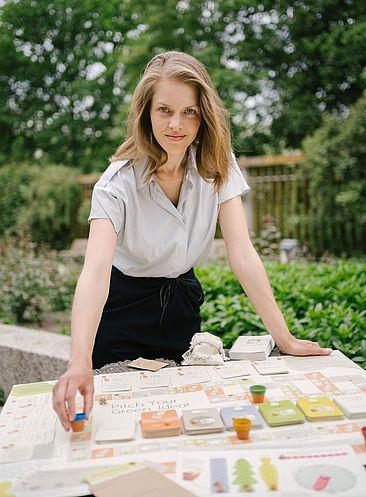 Antonia Bartning setzt eine Figur auf dem Brettspiel