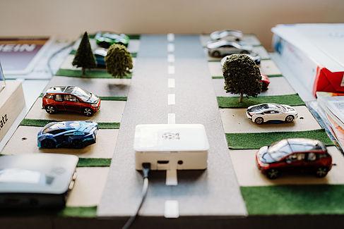 Ein Modell mit Elektroautos und Ladesäulen