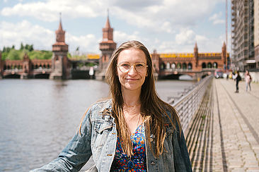 Ines Kawgan-Kagan vor der Oberbaumbrücke in Berlin