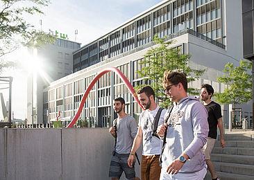 Gustavo, Leonardo, Luiz und Icaro auf dem Campus Wilhelminenhof