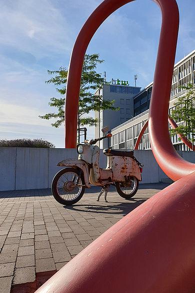 Eine der restaurierten und elektrifizierten Schwalben auf dem Campus der HTW Berlin