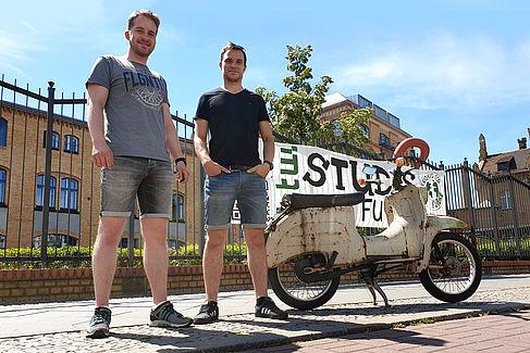Christian Binder und Matthias Bertholdt mit einer Schwalbe auf dem Campus Wilhelminenhof