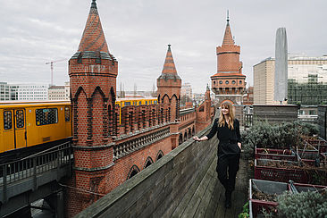 Johanna Kuhle vor der Oberbaumbrücke
