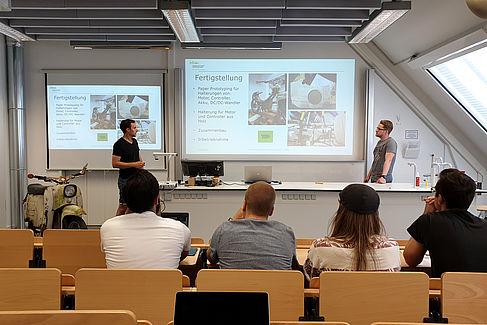 Christian Binder und Matthias Bertholdt bei einer Präsentation über ihre Arbeit