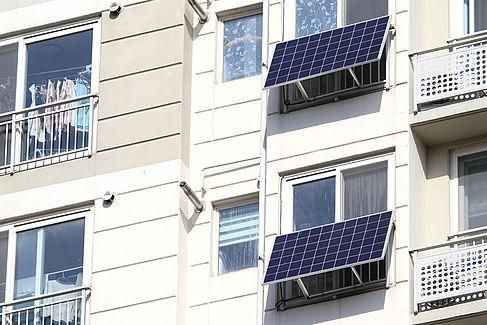 Solarpanel an einer Hausfassade