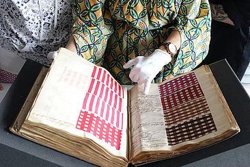 Ein Farbrezeptbuch wird untersucht