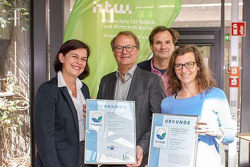 Silke Richter (IHK), Präsident Klaus Semlinger), Kanzler Claas Cordes und Umweltmanagement-Beauftragte Katja Schröder mit der EMAS-Urkunde