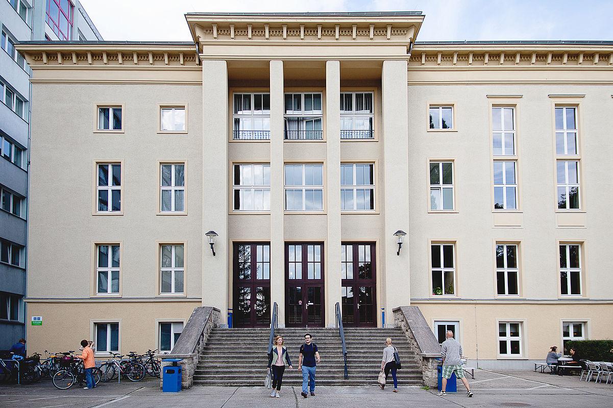 Studierende auf dem Campus Treskowallee  © HTW Berlin/Maria Schramm