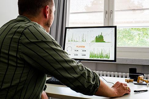 Ein Mitarbeiter der Abteilung Technische Dienste vor dem Rechner