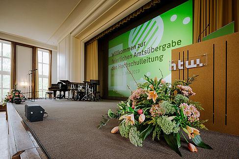 Blumenstrauß auf der Bühne im Audimax