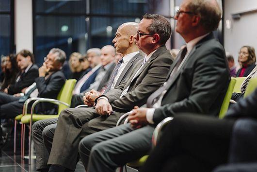Im Publikum saßen u.a. HTW-Kanzler Claas Cordes, Kuratoriumsvorsitzender Mathis Kuchejda, HWR-Präsident Andreas Szaby, Bezirksbürgermeister Oliver Igel und der ehemalige HTW-Präsident Klaus Semlinger